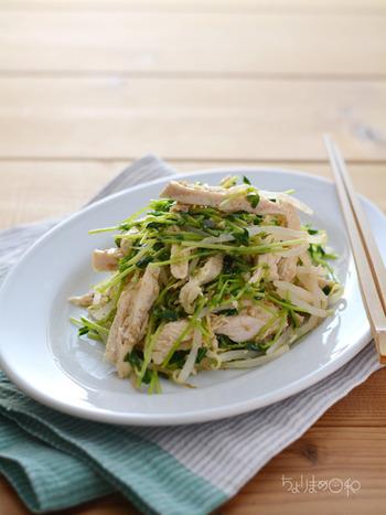 ふっくらやわらかな鶏むね肉の塩鶏とあわせた豆苗ごまサラダ。お肉を多めにすれば主菜にもなるお助けメニューです。