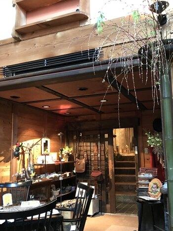 ギャラリーには無料スペースと有料スペースがあり、有料スペースではレトロでアンティークなアート作品などを眺めながら、美味しいコーヒーで一息つくことができます。