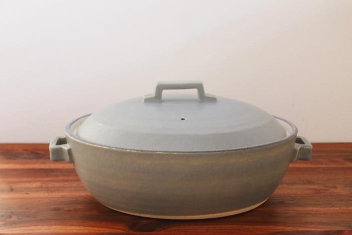 IHでは土鍋は使えない…とあきらめていた方にうれしいのが、こちらの土鍋。IH調理用の金属板が付属されていて、料理の際には付属の金属板を「鍋の内底」にセットして使います。金属板を取り外せば、ガスやオーブンなどでも使用OK。キッチンで調理するときはIHで、卓上コンロはガスといった方にも使いやすそうです。