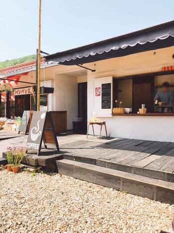 足助の香嵐渓にて営業している定食屋さんです。お店の外観はオープンカフェのようで可愛らしく、地元で採れた食材を使ったお料理や、名物料理がいただけます。
