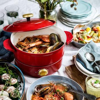 ブイヤベースやトマト、ミルク鍋などの洋風鍋を楽しむなら、こんなおしゃれなグリルポットも素敵です。鍋部分は取り外せば直火もOK。下ごしらえと煮込みはキッチンでじっくり、みんなで食べるときは卓上で…と使い分けができます。