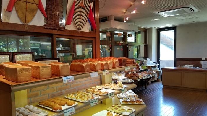 店内には、20種類~30種類と常にたくさんのパンが提供されています。一枚一枚焼いているワッフルや、木の実をたっぷり使った木の実のデニッシュなど甘い系のパンをはじめ、同じ百年草で人気の「ZiZi工房」が使われているZiZiウインナーパンなど総菜系のパンも揃っています。