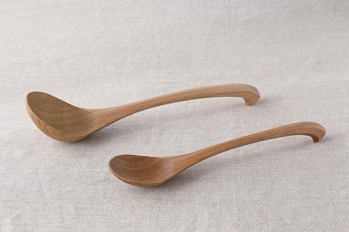 お玉とスプーンの中間くらいのサイズが使いやすいお玉匙。当たりの柔らかな木製なので、鍋の中の食材を崩さず、また、鍋のふちにかけておいても熱くなりにくいのもポイント。鬼胡桃のやわらかな素材感が食事のシーンにあたたかく馴染みます。