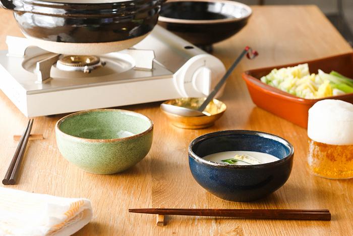 鮮やかだけれど優しいニュアンスのブルーやグリーンが印象的なアンフォラのボウル。実はメキシコ発のスープボウルなんです。お鍋の取り分けだけでなく、スープやサラダ、デザートなどに日常使いできるフォルムがいいですね。