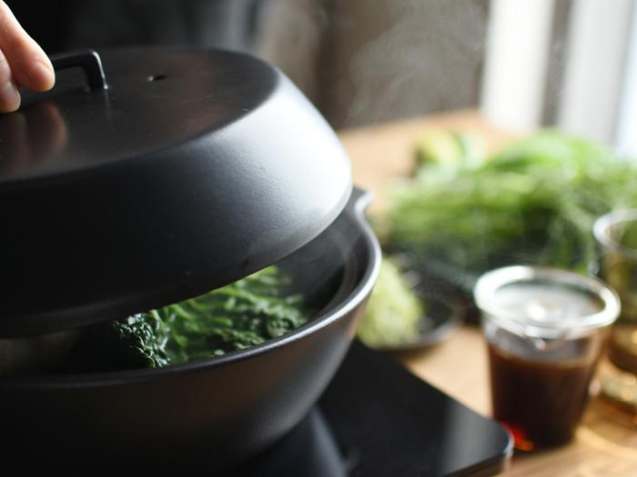 KINTOのKAKOMIシリーズの土鍋も、土鍋らしからぬスマートなデザインが人気です。素材は高耐熱の陶器製。直火やIHだけでなく、ハロゲンヒーター、ラジエントヒーター、電子レンジ、オーブンなど、どんな熱源にも対応する、マルチな土鍋です。