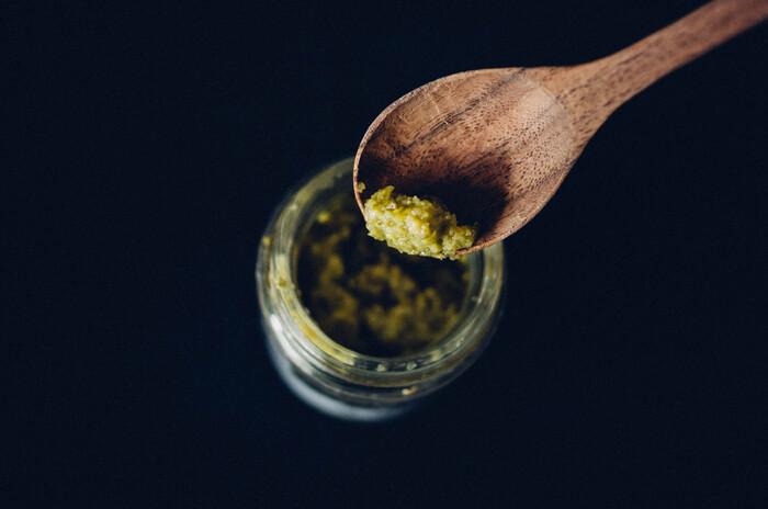 柚子胡椒は一般的ですが、シークヮーサー胡椒は初めてという方も多いのでは?シークヮーサーと青唐辛子、さらに泡盛をブレンド。寒〜い日に、南国に思いを馳せながらいただく熱々のお鍋…なんていかがでしょうか?