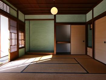 国や文化によって、子どものための個室を設ける時期やその要否の考え方は様々。日本は元々、襖や障子をはじめとした緩やかな仕切りが特徴的な家屋で暮らしていました。個人主義ではなく、家族主義であることが特徴の一つです。  ですから、乳児期から一人寝できる子ども部屋を設ける場合が多い欧米を無理にまねる必要はありません。