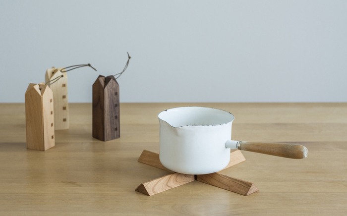 使わないときは、お家型のナチュラルでかわいい木のオブジェ。開くと十字型の鍋敷きに。テーブルにお鍋を出したいときなども、生活感を出さずに使えるのが魅力。パッケージもお洒落なので、贈り物にもおすすめです。