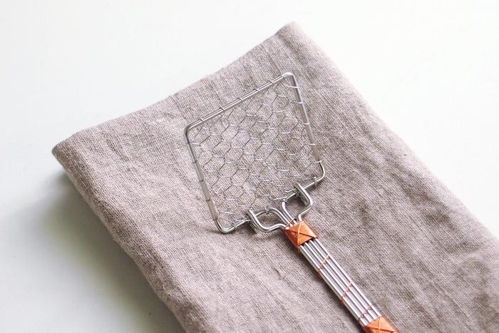 湯豆腐などに欠かせない豆腐すくい。絶妙な角度で、柔らかい絹ごし豆腐も崩さず、滑らずすくうことができます。