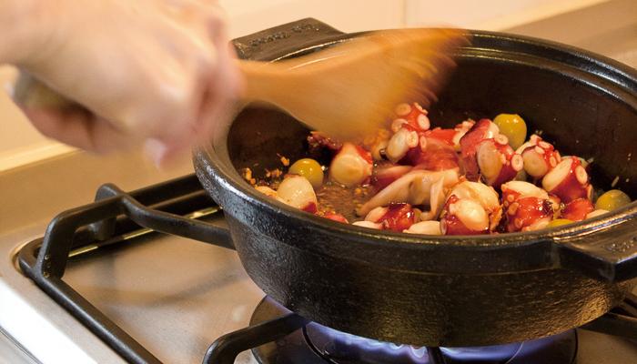 やや浅めの土鍋なので、出汁をいっぱい入れたい時は要注意ですが、2~3人の少人数でのお鍋なら問題なく使えます。写真のように、炒め物に使ってもOK!オーブンや電子レンジでの使用も可能です。見た目がおしゃれなので、そのまま食卓にも出せますよ。