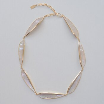 RADEN Collectionの素材に使用しているのは、真珠色の光沢と発色が特徴の白蝶貝です。その白蝶貝を贅沢に使用し、貝の持つ神秘的な美しさを表現した素敵なネックレス。上品な輝きを放つ螺鈿のネックレスは、ユズリハをモチーフにしたモダンで洗練されたデザインも印象的です。