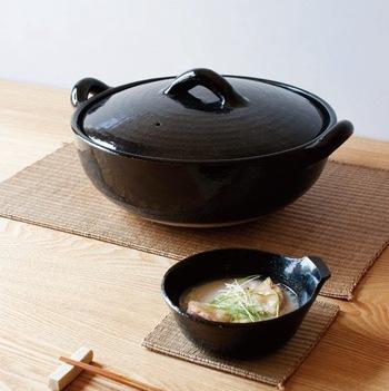 全体的な形は、従来の土鍋に近い形です。それでもおしゃれに見えるのは、平たくすっきりしたデザインにしてあるから。昔ながらの丸くあたたかな雰囲気は残しつつ、野暮ったさのないモダンなデザインに仕上がっています。