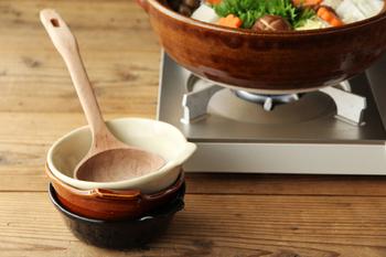安具楽シリーズのとんすいも、土鍋と同様、表面のツヤが美しく魅力的です。土鍋の色に合わせて、天目(てんもく)・貫入(かんにゅう)・鼈甲(べっこう)の3色が用意されています。