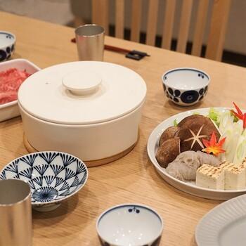 """愛知県瀬戸市にあるceramic japanが作り出したのが「do-nabe」。""""鍋をしよう""""という意味の英語と""""土鍋""""とを掛け合わせた、センス満点の名前です。その特徴は、スマートでスタイリッシュなデザイン。従来の土鍋の無駄な部分をそぎ落とし、おしゃれで機能的な土鍋を作り上げました。"""