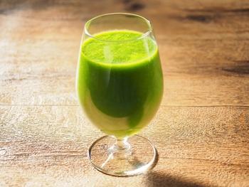 市販の野菜ジュースやトマートジュースを使うのもおすすめ。砂糖や食塩を使用していないものを選ぶと良いでしょう。