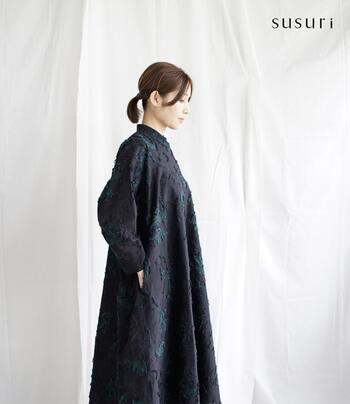 黒、グリーン、ブルーで水面の水草を表現した、色合いがきれいなポーギードレス。ハリのある生地とメリハリのあるシルエットは上品で女性らしい印象です。