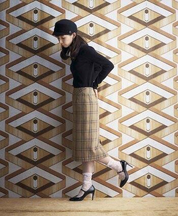 ほどよくタイトなチェック柄のタイトスカートは、トラディショナルなスタイルがお似合い。足元はヒールで女の子らしくまとめましょう。