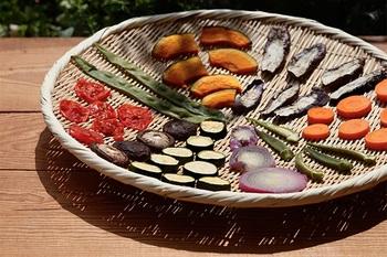 下茹でした野菜の水切りには、日本で昔から愛用されている竹のざるがおすすめ。水はけのいい竹ざるでしっかりと水を切ると、茹でた野菜が水っぽくなりません。そのほかにも野菜を干したり、そうめんを盛り付けたりと使い道もたくさんあります。