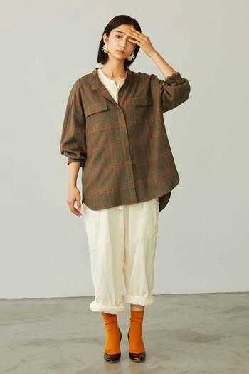 少し大きめなポケットが愛おしいブラウンのチェックシャツは、あえてルーズなシルエットの白いボトムスでまとめて。ソックスはシャツに使われている色と合わせると◎