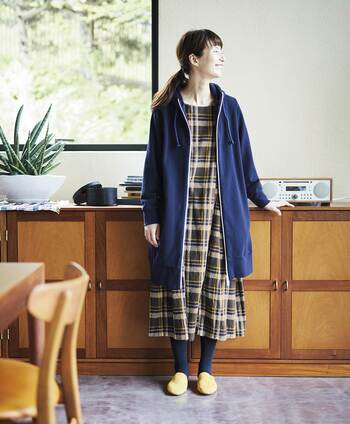 チェック柄ロングワンピースのコーデは、羽織や小物でAラインのシルエットを意識すると上品な雰囲気に。足元は気温や天候に合わせてコーディネートを楽しみましょう。