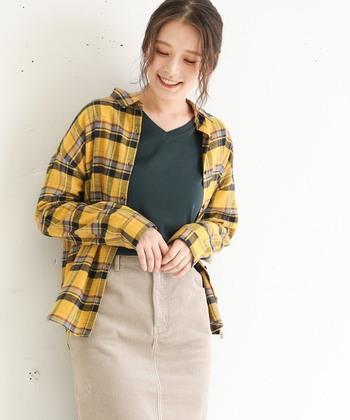 デニムパンツなどを合わせるとありきたりなスタイルになりがちのチェックシャツ。合わせるスカートの素材をコーデュロイにしたり、パリっとしたVネックのインナーにすることで、ワンランク上の着こなしに。