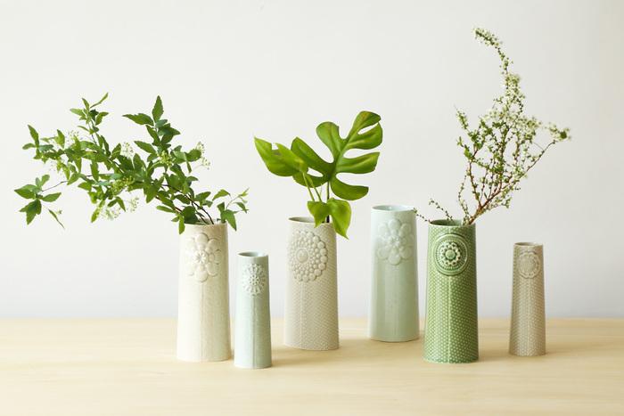 デンマーク生まれの陶磁器ブランド、ドティエの一輪挿し。立体的にデザインされたお花の模様が素敵です。お花を挿さずに、そのまま飾っているだけでもおしゃれ。やさしい色合いはインテリアになじみやすいですね。