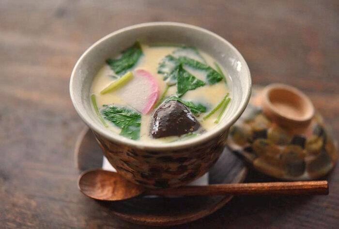 おいしい茶碗蒸しのコツは、調味した出汁と合わせた卵液を一度濾すこと。また、はじめの2分ほど強火にして、あとは箸をはさむなどして少し蓋をずらし、弱火でじっくり蒸し上げます。深さのある蒸し器で、たっぷりのお湯を沸かして蒸すのもポイントです。