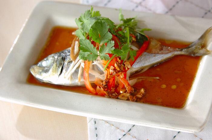 魚の蒸し物も、蒸し器でおいしくできます。上品で本格的な和風料理のひとつとして、レパートリーに加えてみましょう。耐熱容器に魚と薬味などを入れて蒸し、最後に蒸し汁をベースに調味したタレをかけて召し上がれ。