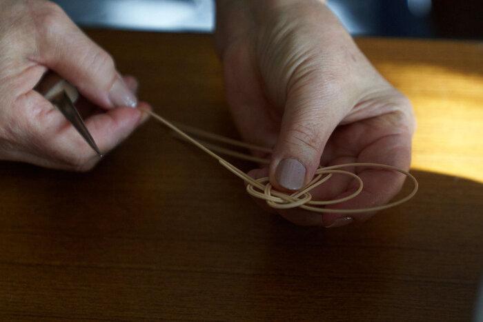 次にご紹介するのは、幾何学的パターンを落とし込んだモダンなデザインと、ナチュラルな素材感が魅力的な「籐」のコレクションです。どの作品もISSAY MIYAKEのコレクションピースも手掛ける、世界でも有数の籐工芸の職人さんによって製作されています。美しいジュエリーからバスケットまで、幅広いラインナップも魅力の「ARABESQUE Collection」をご紹介します。