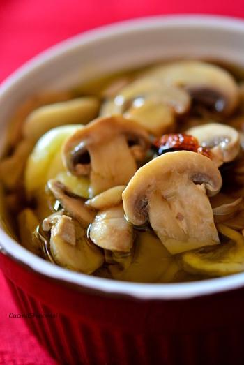 旬のマッシュルームの味をしっかり感じられるオリーブオイル漬けです。月桂樹の葉で香りをつけ、お酢を加えた程よい酸味に鷹の爪とブラックペッパーをピリッと効かせた大人の味。バゲットと一緒にどうぞ。