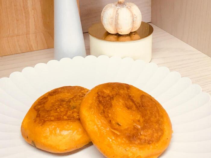 煮て柔らかくしたかぼちゃを潰し、砂糖、牛乳、片栗粉、塩を加えて混ぜて焼いたら出来上がり。片手で食べられる丸くてもちもちのおやきは、小腹の空いた時にもぴったりです。