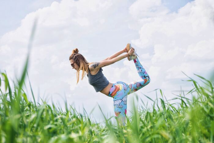 誰もがいつまでも若くいたいと思いますが、何もしないと自然と体の筋肉は衰え脂肪が増えてしまいます。同じ体重をキープしていても、筋肉と脂肪の比率が変わってしまうことも。特に下半身は筋力が落ちてしまいがちなのですが、スクワットはそんな下半身の減ってしまう筋肉を取り戻してくれます。筋肉量をキープすることで、太りにくい効果も期待できるんですよ。