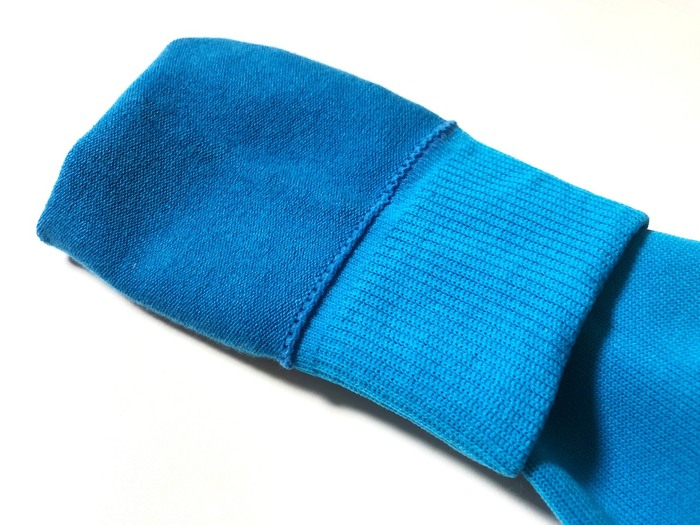 靴下は、快適さと高機能を両立させるために3層構造になっています。肌に触れる内側には綿を、外側には丈夫なポリステルを、中間には伸縮素材を使って織られています。