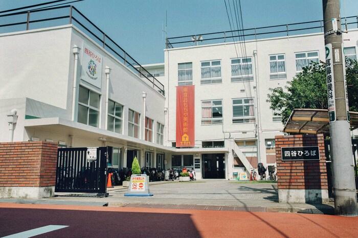 「東京おもちゃ美術館」がある「四谷ひろば」は、小学校の跡地を再利用した地域コミュニティの拠点。休日ということもあり、多くの親子でにぎわっていた