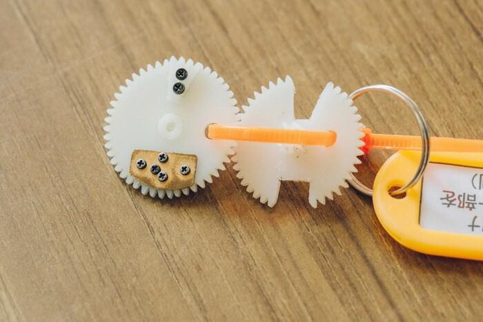こちらもよくある修理例。摩耗して一部欠けてしまったギアに、別のギアを移植。こちらでも接着剤は使わず、ねじ留めすることで強度を上げる