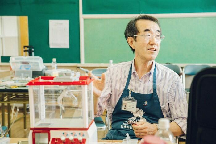 クレーンゲームの修理に携わっていた阿久澤義秀さん。朝9時から手術を始め、4人ほどでアイデアを出し合いながら修理を完了させた