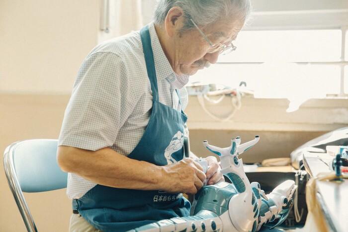 この日三浦さんが取り組んでいたのは足が骨折した恐竜のおもちゃ。作業中は職人の顔つきになるのが印象的だった