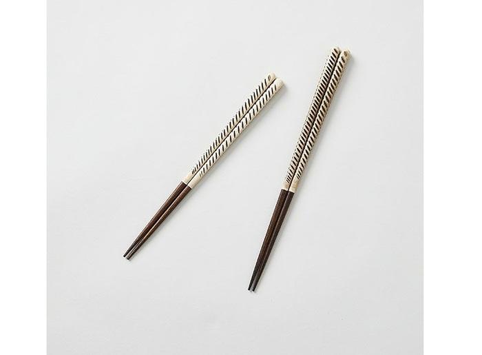 小鹿田焼や波佐見焼などでおなじみの飛び鉋(かんな)。近年、テキスタイルデザインなどのモチーフにも使われる人気ですが、お箸にも登場しています。全長:21/23cm。ウレタン/漆塗装。