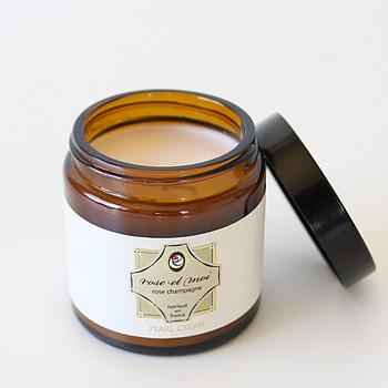 乾燥が気になる季節に欠かせないボディクリーム。フランスの有名なフレグランスブランド「Lothantique」のものは、特に香りにこだわっていて、3種類の異なるローズを楽しめます。