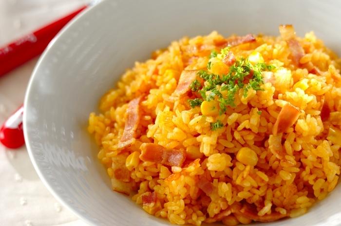 洋食のごはんものの定番ピラフはランチにぴったり。ベーコンとコーンのシンプルな具材でも、野菜ジュースのおかげでご飯が色づき全体の彩りもよくなります。