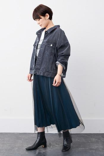 ドットが入ったチュールとサテンが合わさった個性的なプリーツスカートは重ねて履いても、単品でも使えるので一枚あると秋のコーディネートの幅がぐんと広がるアイテムです。オーバーサイズのデニムジャケットも卒なく颯爽に着こなせるのは個性が光るスカートだからこそ。