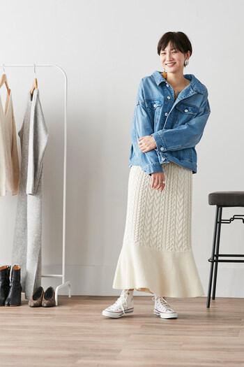 シャツやデニムの襟を少し抜いて女性らしさを忘れない素敵なコーディネート。ニット地で美しいマーメードラインのスカートだから成せる技ですね。