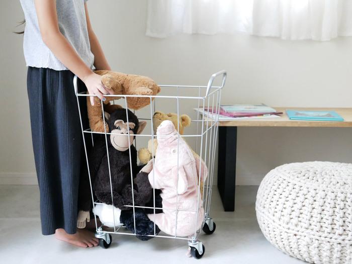 リビングに置くものの基準が決まったら、それに当てはまらないものを移動します。脱いだ服はクローゼットや洗濯物置き場へ、子どものおもちゃは子ども部屋へ、というように。もし置き場所が決まっていないようであれば、この機会に適切な置き場所を決めてしまいましょう。