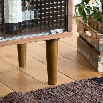 収納家具を置くと狭くなるのではと心配な方は、脚付きのデザインがおすすめです。床面を塞いでしまわないため、実際よりも狭さを感じさせません。脚付きであれば、毎日のお掃除もラクにでき、家具裏にホコリがたまらず衛生的です。