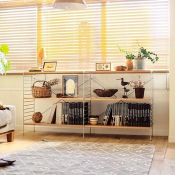 サイズが豊富で棚位置を細かく調整でき、圧迫感がなく見た目もすっきりとした、スチールラックやユニットシェルフ。リビング以外にも家じゅうどこでも使えて、ライフスタイルの変化にも柔軟に対応できるすぐれものです。家具を買うよりもリーズナブルで、コストを抑えたい方におすすめ。