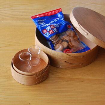 お菓子を入れておく箱として、素朴な質感がマッチします。サイズ違いはクリーマーなどを置いても◎。