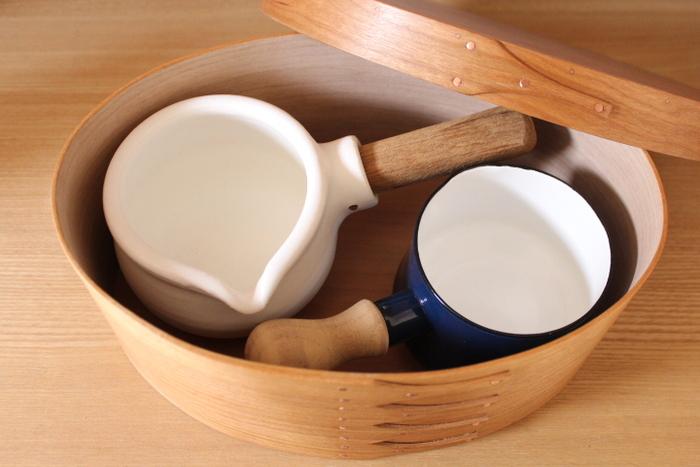重ねにくい小振りのミルクパンの収納にも◎。箱に入れれば、スタッキング収納も可能です。頻繁に使わないキッチンアイテムの整理にも良さそうですね。