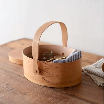 こちらはボックスにハンドルが付いた可愛らしいタイプ。持ち運びしやすいので、お裁縫セットや救急セット、靴のお手入れグッズを入れて置いても。