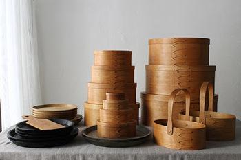 質素で機能を追求した道具は美しく使いやすい。シェーカーボックスは接着剤を使わず、銅の留め具だけで留められた箱です。