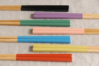 カラー別に家族のお箸としても。孟宗竹にウレタン塗装仕上げ。全長:22.5cm。